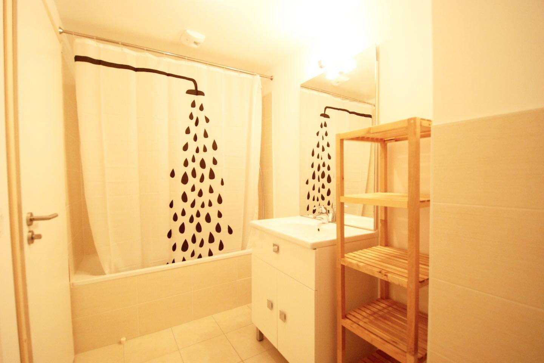 Morgan Jupe - Apartment Florimont - Bathroom 1 - 01 (low res)