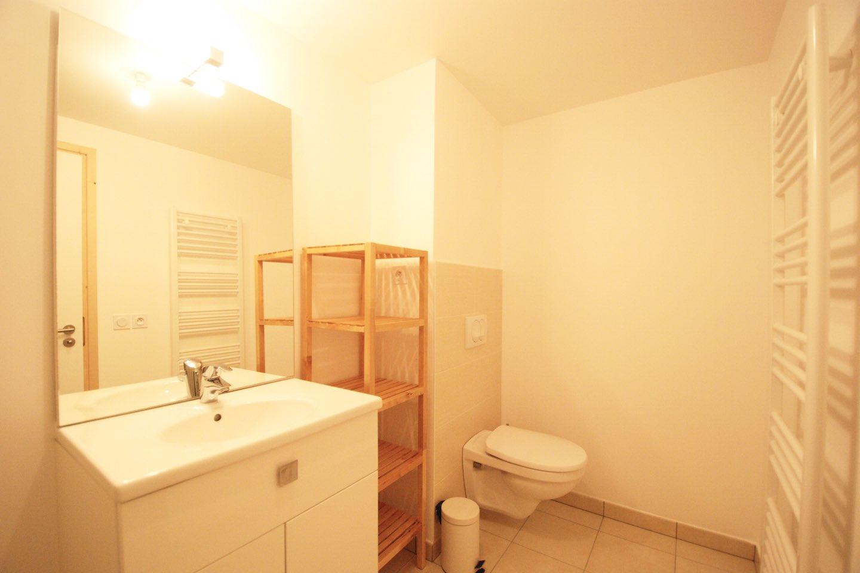 Morgan Jupe - Apartment Florimont - Bathroom 1 - 02 (low res)